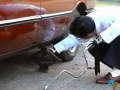 Cambiando las ruedas al coche